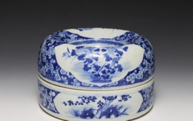 Chinese Donut-Shaped Porcelain Box, 19th. Cent.