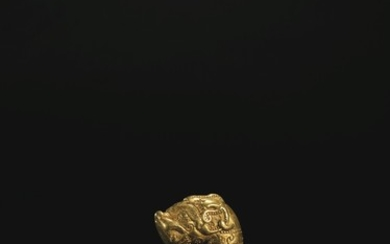 A VERY RARE AND IMPORTANT GOLD FELINE-HEAD FINIAL, SPRING AND AUTUMN PERIOD, 6TH-EARLY 5TH CENTURY BC
