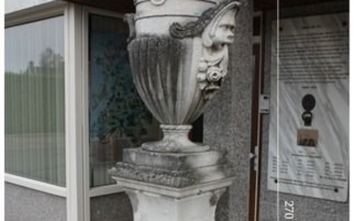 "A large garden Urn (""Coppa"") on pedestal - carved Vicenza stone - 20th century"