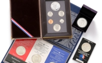 1907/5315: Denmark, 500 kr 2010 and USA, 4 pcs. Dollar 1983 OL and OL set 1983. Also Greece, 10 Euro, DK, Ag medal and skilling 1771.