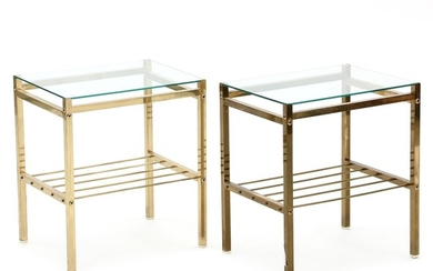 Unknown design: A pair of side tables with brass frame with underlying shelf. Clear glass top. H. 51 cm. L. 44 cm. W. 34 cm. (2)