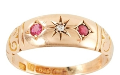 AN ANTIQUE RUBY AND DIAMOND RING in 15ct yellow gold,