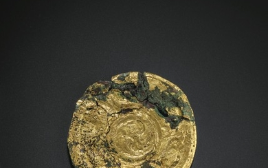 A GOLD FOIL-COVERED BRONZE CIRCULAR PLAQUE, SPRING AND AUTUMN PERIOD, LATE 6TH-EARLY 5TH CENTURY BC