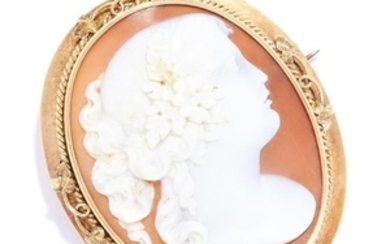 ANTIQUE CARVED CAMEO BROOCH in high carat yellow gold,
