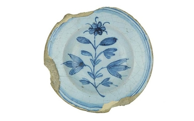 Saucer Saucer with brim and wide cavetto. Berettina majolica with...