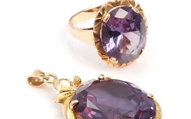 An alexandrite ring and pendant set with oval-cut synthetic alexandrites, mounted in 14k and 18k gold. Ring size 60. L. 4.3 cm. (2)