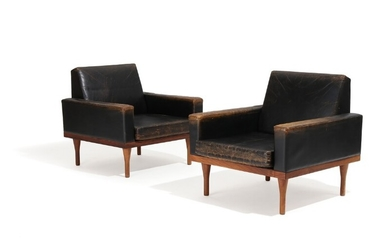 Illum Wikkelsø: A pair of easy chairs with rosewood legs, upholstered with black leather. Manufactured by Søren Willadsen Møbelfabrik. (2)