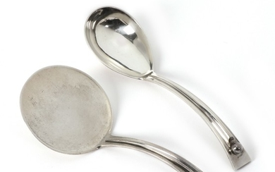 Karl Gustav Hansen: Server with circular bowl and a serving spoon with tapering bowl of resp. silver and sterling silver. (2)