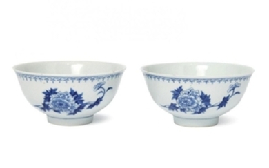 A pair of Chinese porcelain ogee bowls,...
