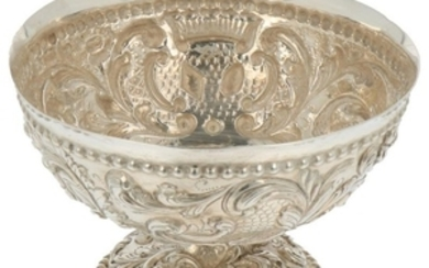 Cream bowl on foot hammered decorated with rocailles and palm leaves silver.