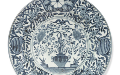 A LARGE JAPANESE ARITA BLUE AND WHITE CHARGER, EDO PERIOD (LATE 17TH CENTURY)