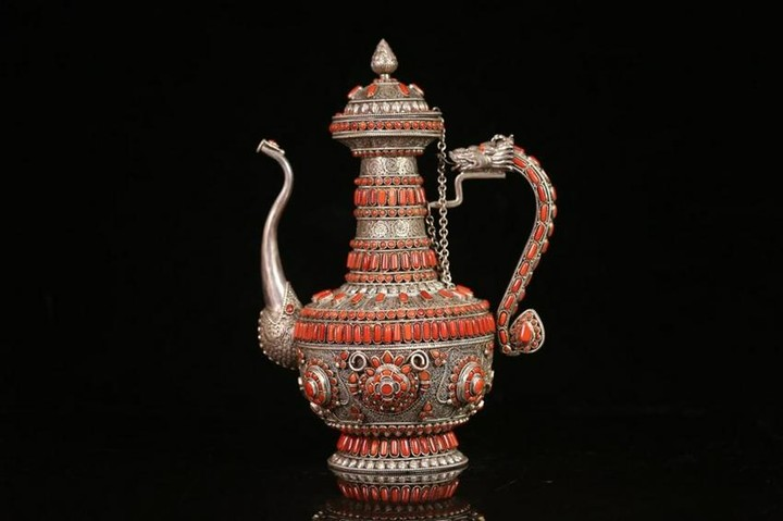 A SILVER WINE POT IN PATTERN OF DRAGON