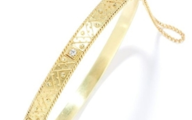 ANTIQUE DIAMOND BANGLE in yellow gold, set with a round