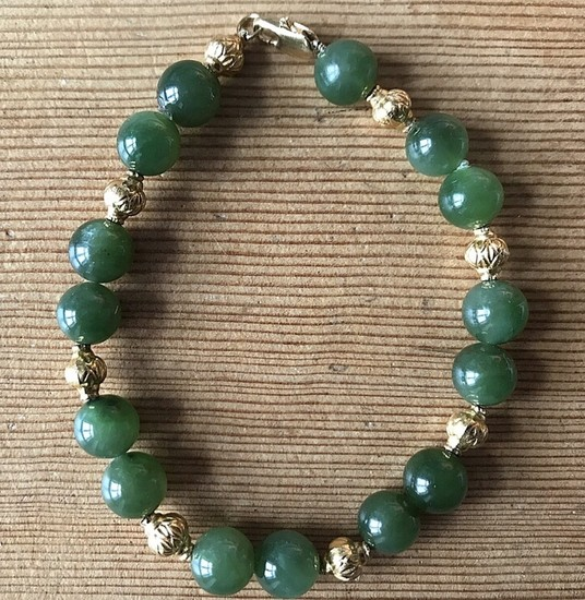 Bracelet of 18k gold mounted with pearls of green gemstones and gold. L. app. 19 cm. Pearl diam. app. 6.0–8.0 mm.