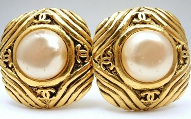 CHANEL VINTAGE FRENCH COUTURE GOLD TONE COSTUME PEARL
