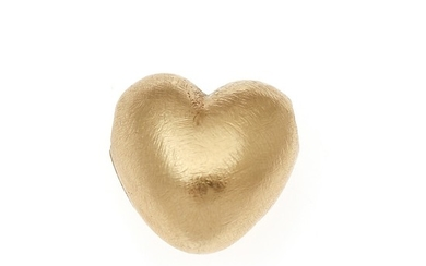 Ole Lynggaard: A heart-shaped 14k gold clasp with satin finish. 11.5×11.5 mm.