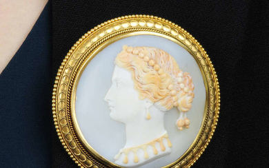 A late Victorian 18ct gold shell cameo brooch.Diameter