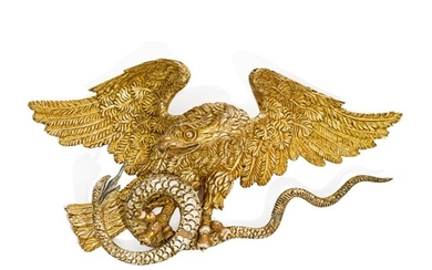 VERY FINE CARVED GILTWOOD SPREAD-WINGED AMERICAN EAGLE CLUTCHING A SNAKE WALL PLAQUE, CIRCA 1800