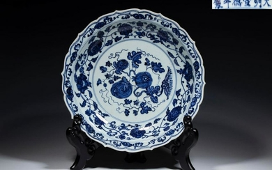 A BLUE&WHITE PLATE WITH FLOWER PAINTING