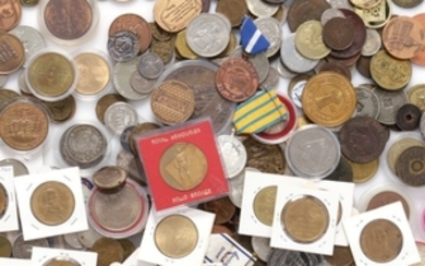 1907/5359: Box with larger collection of tokens, transport tokens, medals, spinning coins and city coins, etc., incl. a few better