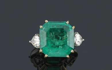 Ring with large emerald from Colombia certified as