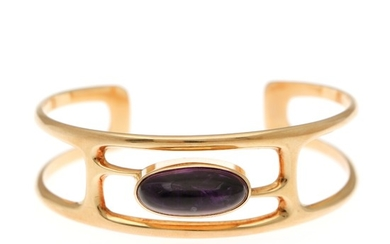 An ametyst bangle set with an ametyst cabochon, mounted in 14k gold. 46×57 mm. Weight app. 29 g.