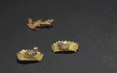 A PAIR OF MINIATURE GOLD DUCK-SHAPED ORNAMENTS, SONG-MING DYNASTY (AD 960-1644)