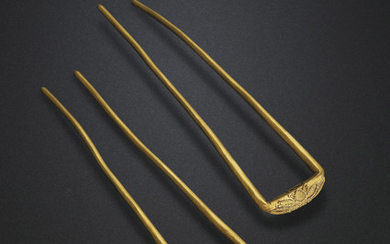 A FINE PAIR OF GOLD HAIRPINS, TANG DYNASTY (AD 618-907)