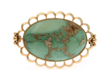 A turquise brooch set with a cabochon turquise, mounted in 18k gold. L. 5 cm.