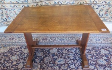 An oak Arts and Crafts side table, 51cm tall x 76cm x 51cm