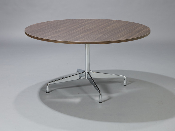 Charles Eames. Round dining table / 'Segmented Table' in walnut. Ø 140 cm