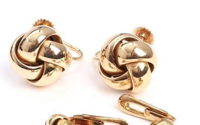 A pair of 14k gold ear screws and collar buttons in the shape of knots. Knots diam. 7–14 mm. Weight app. 7.5 g. (4)