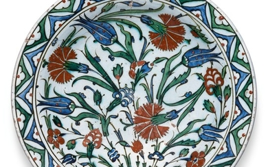 A LARGE IZNIK POLYCHROME POTTERY DISH WITH FLORAL BORDER, TURKEY, CIRCA 1580-85