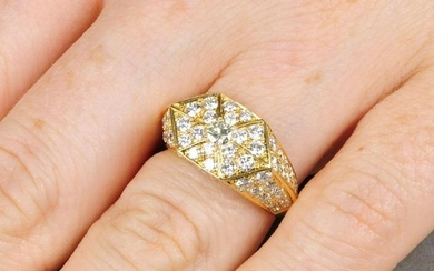 A brilliant-cut diamond geometric panel ring.Total