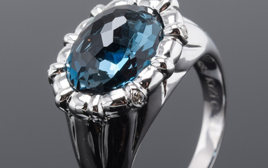 Ring med London Blue Topas og brillanter, 14 kt. hvidguld