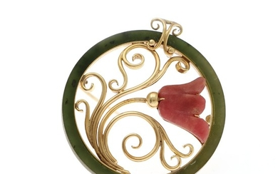 A. Dragsted: A jade and rhodochrosite brooch set with polished jade and a carved rhodochrosite, mounted in 14k gold. Diam. 3.5 cm.