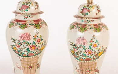 Large Pair of Famille Rose Decorated Porcelain Covered Vases, Modern E9VDC