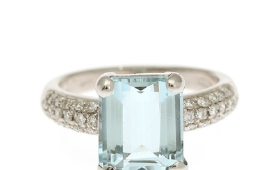 An aquamarine and diamond ring set with a fancy-cut aqumarine flanked by numerous brilliant-cut diamonds. Str. 55.