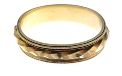 A late Victorian 18ct gold hinged bangle.