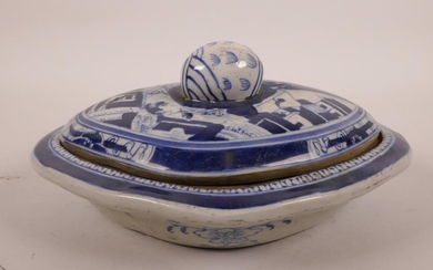 A Chinese blue and white porcelain tureen and cover decorate...