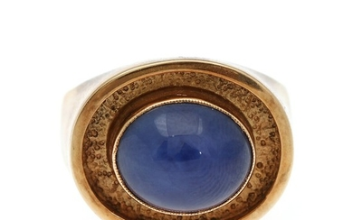 Ibsen & Weeke: A star sapphire ring set with a synthetic cabochon star sapphire, mounted in 14k gold. Size 57. 1960s.