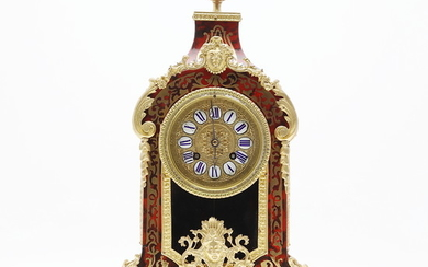 Louis XV style table clock in Boulle marquetry in brass and tortoiseshell simile with bronze mounts, early 20th Century.