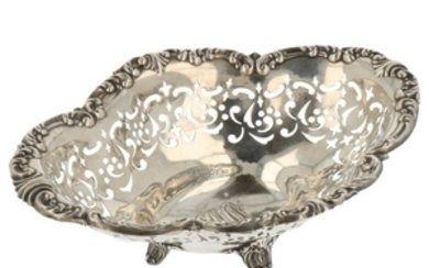 Puffs basket on elegant feet with rocailles decorated along the openwork edges silver.