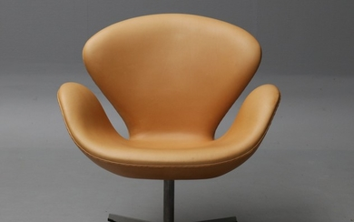 Arne Jacobsen. Lounge chair, Model 3320 'The Swan', natural leather
