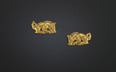 A RARE PAIR OF SMALL GOLD BOAR-FORM ORNAMENTS, NORTHEAST CHINA, 5TH-3RD CENTURY BC