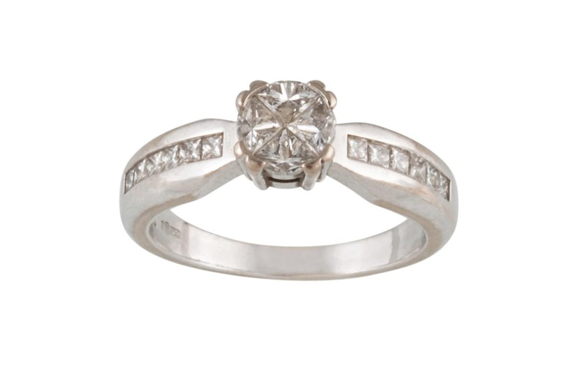 A DIAMOND CLUSTER RING, mounted on 18ct white gold