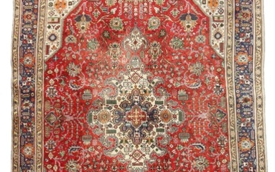 A Persian Täbriz carpet, classic medallion design with ornaments, flowers and foliage on red base. 20th century. 346×238 cm.