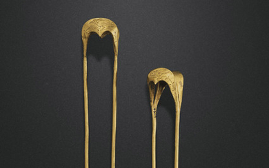 A PAIR OF GOLD HAIRPINS, TANG-SONG DYNASTY, 10TH-12TH CENTURY