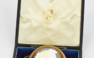 AN ANTIQUE GOLD AND SHELL CAMEO BROOCH